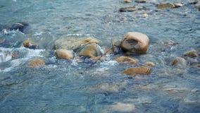 Καθαρές νερό κινηματογραφήσεων σε πρώτο πλάνο ποταμών βουνών και πέτρες της όμορφης φύσης Καύκασου ενάντια ανασκόπησης μπλε σύννε απόθεμα βίντεο