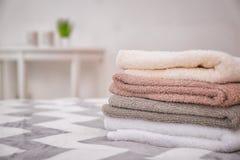 Καθαρές πετσέτες λουτρών στο κρεβάτι Στοκ Φωτογραφία