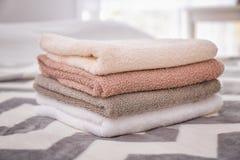 Καθαρές πετσέτες λουτρών στο κρεβάτι Στοκ Εικόνα