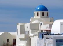 Καθαρή άσπρη στέγη και ζωηρή μπλε στέγη κάτω από τον ανοικτό μπλε ουρανό σε Santorini στοκ εικόνα με δικαίωμα ελεύθερης χρήσης