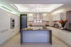 Καθαρή άσπρη σύγχρονη κουζίνα Στοκ Εικόνες