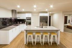 Καθαρή άσπρη σύγχρονη κουζίνα Στοκ Φωτογραφίες