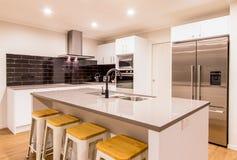 Καθαρή άσπρη σύγχρονη κουζίνα Στοκ Φωτογραφία