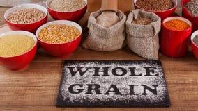 Καθαρή έννοια κατανάλωσης - ολόκληροι σιτάρια και μύλος, φωτογραφικές διαφάνειες καμερών
