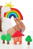 Καθαρή έννοια περιβάλλοντος - χέρι παιδιών με το ζωηρόχρωμο αριθμό αργίλου Στοκ Φωτογραφίες