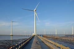 Καθαρή ενέργεια, εγκαταστάσεις αιολικής ενέργειας Στοκ φωτογραφία με δικαίωμα ελεύθερης χρήσης