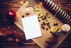 Καθαρή κάρτα στο υπόβαθρο tinsel Χριστουγέννων και το ξύλινο υπόβαθρο στοκ εικόνες