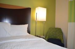 Καθαρή και άνετη κρεβατοκάμαρα ξενοδοχείων πολυτελείας Στοκ Εικόνες