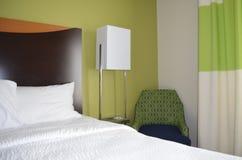Καθαρή και άνετη κρεβατοκάμαρα ξενοδοχείων πολυτελείας Στοκ εικόνα με δικαίωμα ελεύθερης χρήσης