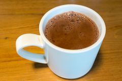 Καθαρή καυτή σοκολάτα σε μια άσπρη κούπα Στοκ Φωτογραφία