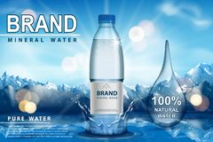 Καθαρή λαμπιρίζοντας αγγελία νερού, πλαστικό μπουκάλι με τον παφλασμό στο χιόνι με το υπόβαθρο βουνών Διαφανές υγρό πόσιμου νερού διανυσματική απεικόνιση