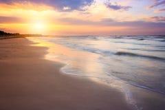 Καθαρή παραλία στο ηλιοβασίλεμα ανατολής με τα όμορφα κύματα μπορέστε να χρησιμοποιηθείτε Στοκ Φωτογραφία