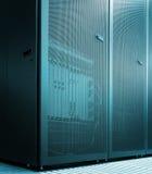 Καθαρή πόρτα πλέγματος έννοιας sparcompiler με τον εξοπλισμό κεντρικών υπολογιστών μέσα Σύγχρονο κέντρο δεδομένων Στοκ εικόνες με δικαίωμα ελεύθερης χρήσης
