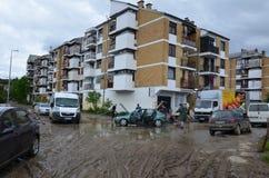 Καθαρίζοντας απορρίματα που υιοθετούνται από τις πλημμύρες Στοκ εικόνες με δικαίωμα ελεύθερης χρήσης