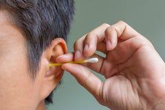 Καθαρίζοντας αυτί με τον οφθαλμό βαμβακιού Στοκ φωτογραφίες με δικαίωμα ελεύθερης χρήσης