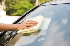 Καθαρίζοντας αυτοκίνητο ανεμοφρακτών με το ύφασμα microfiber Στοκ Εικόνες