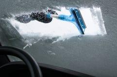 Καθαρίζοντας αυτοκίνητο από το χιόνι Στοκ Φωτογραφίες