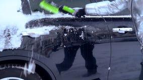 Καθαρίζοντας αυτοκίνητο του χιονιού μετά από τη θύελλα φιλμ μικρού μήκους