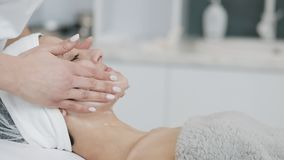Καθαρίζοντας αφρός Νέα όμορφη γυναίκα που έχει μια διαδικασία καθαρισμού αφρού επισκεμμένος ένα beautician o απόθεμα βίντεο