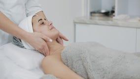Καθαρίζοντας αφρός Νέα όμορφη γυναίκα που έχει μια διαδικασία καθαρισμού αφρού επισκεμμένος ένα beautician κίνηση αργή απόθεμα βίντεο