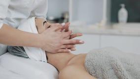 Καθαρίζοντας αφρός Νέα όμορφη γυναίκα που έχει μια διαδικασία καθαρισμού αφρού επισκεμμένος ένα beautician κίνηση αργή φιλμ μικρού μήκους