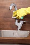 Καθαρίζοντας βρύση κουζινών Στοκ φωτογραφίες με δικαίωμα ελεύθερης χρήσης