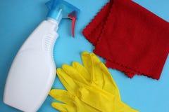 Καθαρίζοντας γάντια παραθύρων και ένα κουρέλι για την καθαρότητα στοκ φωτογραφία με δικαίωμα ελεύθερης χρήσης