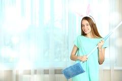 Καθαρίζοντας γυναίκα με μια σφουγγαρίστρα Στοκ Φωτογραφία