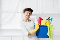 Καθαρίζοντας γυναίκα με τον κάδο του καθαρισμού των προμηθειών Στοκ Φωτογραφίες