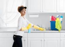 Καθαρίζοντας γυναίκα με τον κάδο του καθαρισμού των προμηθειών Στοκ εικόνες με δικαίωμα ελεύθερης χρήσης