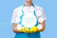 Καθαρίζοντας γυναίκα που παρουσιάζει καθαρίζοντας υπηρεσίες Στοκ Φωτογραφία