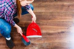 Καθαρίζοντας γυναίκα που σκουπίζει το ξύλινο πάτωμα Στοκ Εικόνες