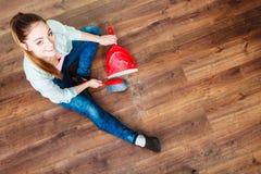 Καθαρίζοντας γυναίκα που σκουπίζει το ξύλινο πάτωμα Στοκ Εικόνα