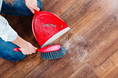 Καθαρίζοντας γυναίκα που σκουπίζει το ξύλινο πάτωμα Στοκ εικόνα με δικαίωμα ελεύθερης χρήσης