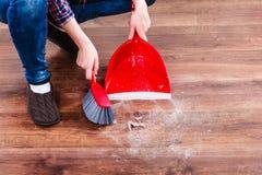 Καθαρίζοντας γυναίκα που σκουπίζει το ξύλινο πάτωμα Στοκ φωτογραφίες με δικαίωμα ελεύθερης χρήσης