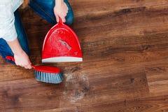 Καθαρίζοντας γυναίκα που σκουπίζει το ξύλινο πάτωμα Στοκ φωτογραφία με δικαίωμα ελεύθερης χρήσης