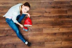 Καθαρίζοντας γυναίκα που σκουπίζει το ξύλινο πάτωμα Στοκ Φωτογραφία