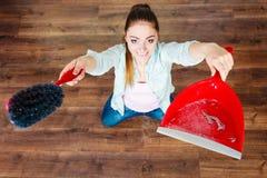 Καθαρίζοντας γυναίκα που σκουπίζει το ξύλινο πάτωμα Στοκ Φωτογραφίες