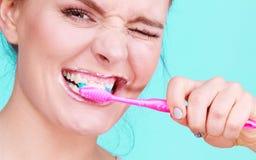 Καθαρίζοντας δόντια βουρτσίσματος γυναικών Στοκ Εικόνες