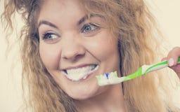 Καθαρίζοντας δόντια βουρτσίσματος γυναικών Στοκ φωτογραφίες με δικαίωμα ελεύθερης χρήσης
