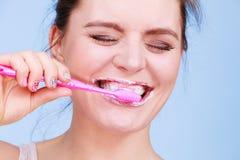 Καθαρίζοντας δόντια βουρτσίσματος γυναικών Στοκ εικόνες με δικαίωμα ελεύθερης χρήσης