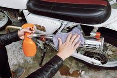 Καθαρίζοντας εκλεκτής ποιότητας μοτοσικλέτα Στοκ Εικόνες