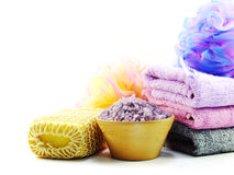 καθαρίζοντας εξαρτήματα με τα προϊόντα λουτρών κρέμας σαπουνιών και ντους σαμπουάν Στοκ Εικόνες