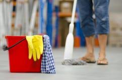 Καθαρίζοντας επιχειρησιακή αποθήκη εμπορευμάτων Στοκ Φωτογραφία