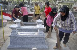 Καθαρίζοντας εργαζόμενοι νεκροταφείων σόλο Στοκ φωτογραφία με δικαίωμα ελεύθερης χρήσης