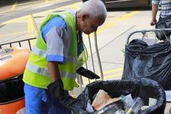 Καθαρίζοντας εργαζόμενος του καθαρού επάνω δοχείου απορριμμάτων fehd Στοκ Φωτογραφία