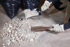 Καθαρίζοντας ερείπια εργαζομένων με τη βούρτσα και dustpan Στοκ Εικόνες