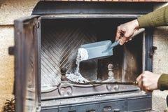 Καθαρίζοντας εστία το άτομο χύνει τις τέφρες των λεπίδων στη λεπίδα στοκ εικόνες με δικαίωμα ελεύθερης χρήσης