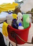 Καθαρίζοντας κάδος υπηρεσιών με τον καθαρισμό των προμηθειών Στοκ Εικόνα