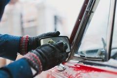 Καθαρίζοντας καθρέφτης αυτοκινήτων χεριών ατόμων Στοκ Φωτογραφίες